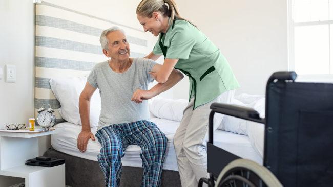 un anziano che ha richiesto assistenza domiciliare in fase post-operatoria