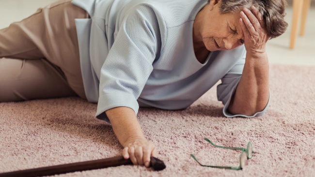 la prevenzione delle cadute degli anziani nella propria casa è importante per evitare gravi conseguenze per la salute
